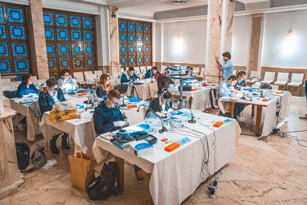 Riccardo Tonini durante il suo corso Moderna Endodonzia con il gruppo Q&O